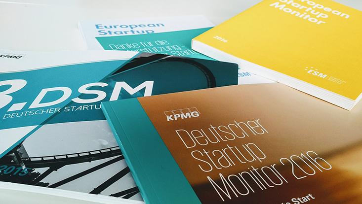 Startup Monitor Broschüren auf Tisch
