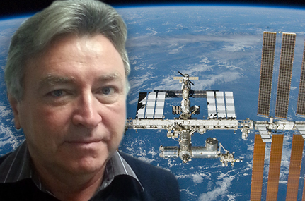 Prof. Christian Betzel untersucht Strukturen von Biomolekülen. Seine Arbeitsgruppe hat nun Proben für Experimente auf der ISS ins All geschickt. Foto: NASA/privat